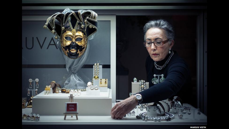 La fotografía de Marius Vieth muestra a una mujer en un escaparate.