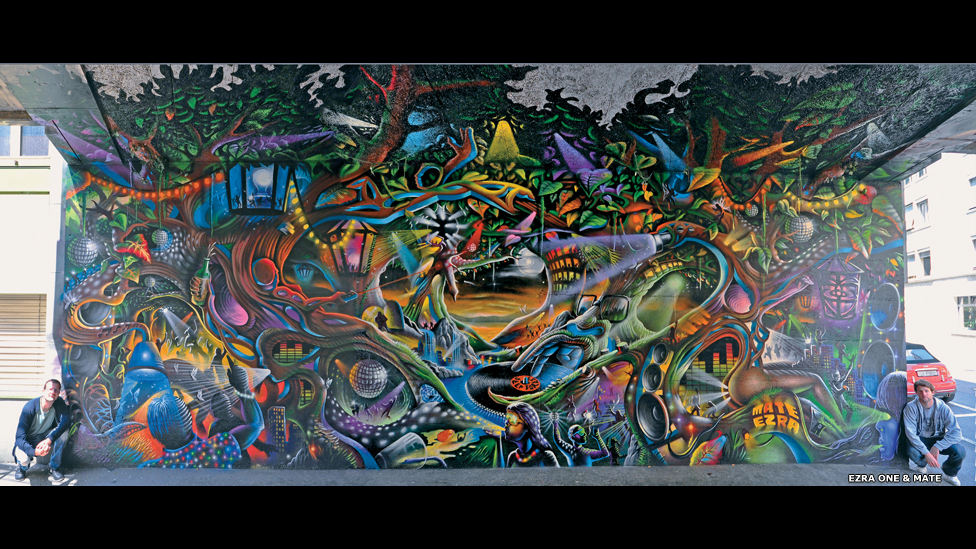 Ezra-One y Mate posan junto a su obra en Lucerna