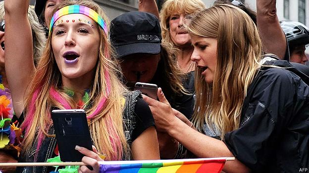 Manifestantes en pro del movimiento LGBT