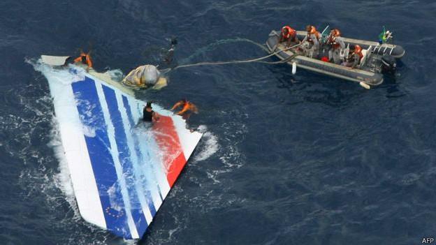 Los restos del vuelo de Air France sobre el Atlántico