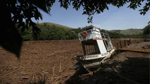 Un barco encallado en el rio Doce, Brasil.