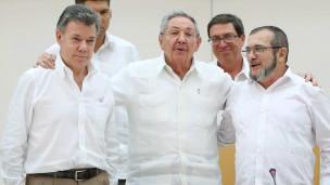Juan Manuel Santos, Raúl Castro y Rodrigo Londoño, alias Timochenko.