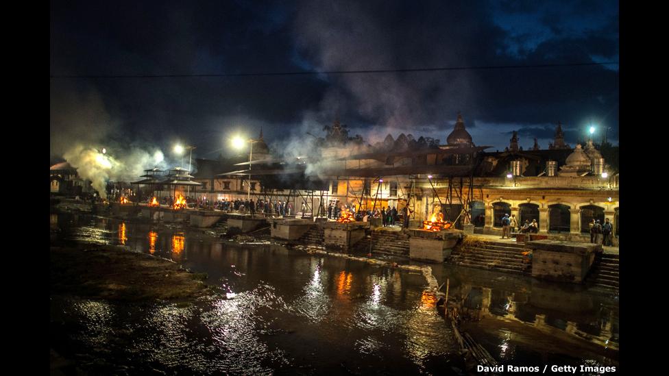 Cremación de víctimas en Katmandú.