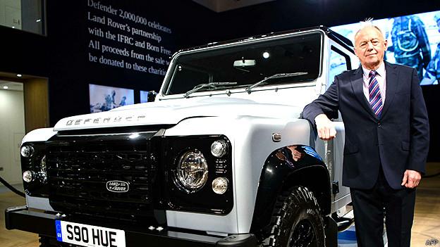 Roger Crathorne, quien trabajó durante 50 años en Land Rover, junto al vehículo Defender número dos millones