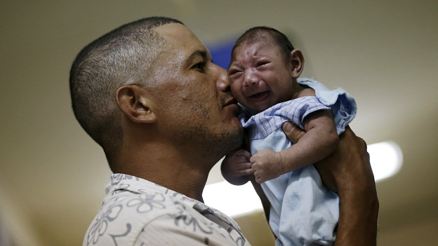 Un hombre sostiene a su hijo, nacido con microcefalia, en un hospital de Recife.