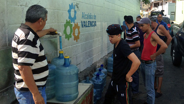 Valencianos hacen fila por el agua