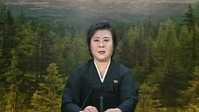 Ri Chun-hee vistió de negro cuando anunció la muerte de lìderes de Corea del Norte.