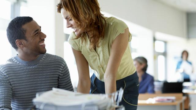 Una persona en actitud romántica hacia otra en la oficina