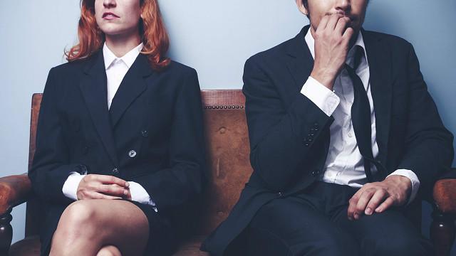 Dos personas esperando a ser entrevistadas