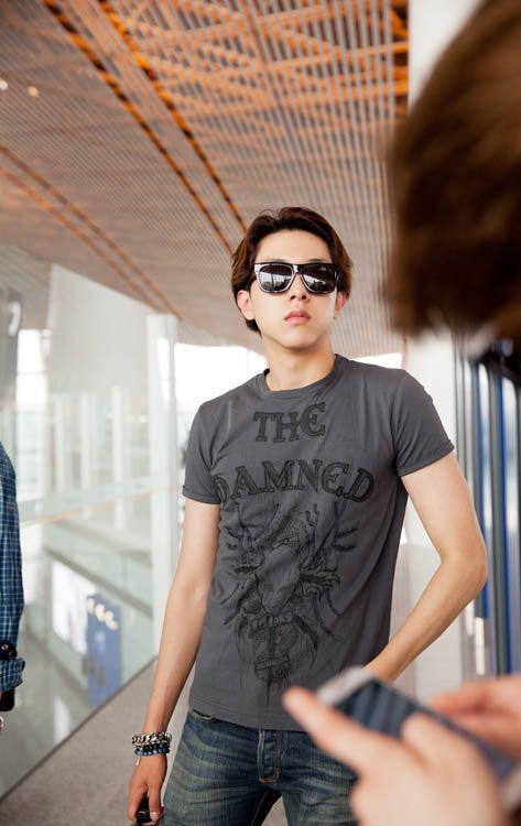 CNBLUE李正信亮相北京機場 T恤牛仔褲打造簡約時尚 - KSD 韓星網 (明星)