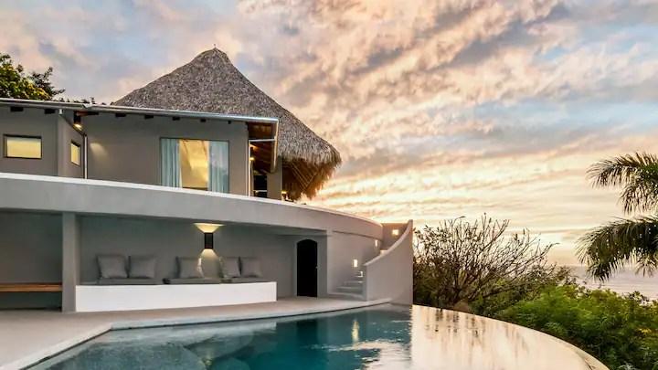 Con Airbnb Luxe è possibile organizzare una vacanza da sogno in una casa di lusso i cui standard di qualita sono garantiti da incredibili controlli. Disponibilità in tutto il mondo