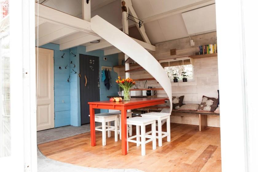 Gartenhaus-Wohnzimmer mit Wendeltreppe