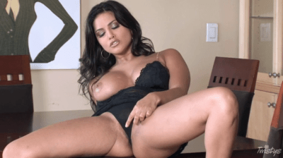 Sunny Leone Showing Her Perfect Tits And Masturbating