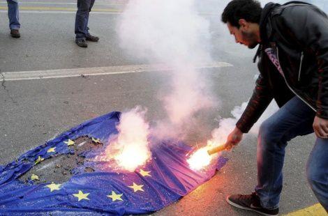 https://i1.wp.com/a4.idata.over-blog.com/470x310/4/41/37/78/08/Un-manifestante-griego-quema-la-bandera-de-la-UE.jpg