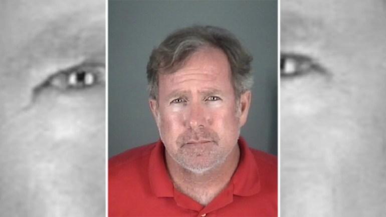 Ein Schulleiter aus Florida wurde am Donnerstag in Gewahrsam genommen und beschuldigt, einem neunjährigen Hundert Dollar mit einem geistigen Handicap mehrere hundert Dollar gestohlen zu haben.
