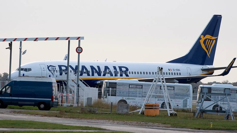 Ein Ryanair-Flugzeug sitzt am Freitag auf dem Rollfeld des Flughafens Bordeaux-Merignac im Südwesten Frankreichs, nachdem es von französischen Behörden beschlagnahmt wurde.