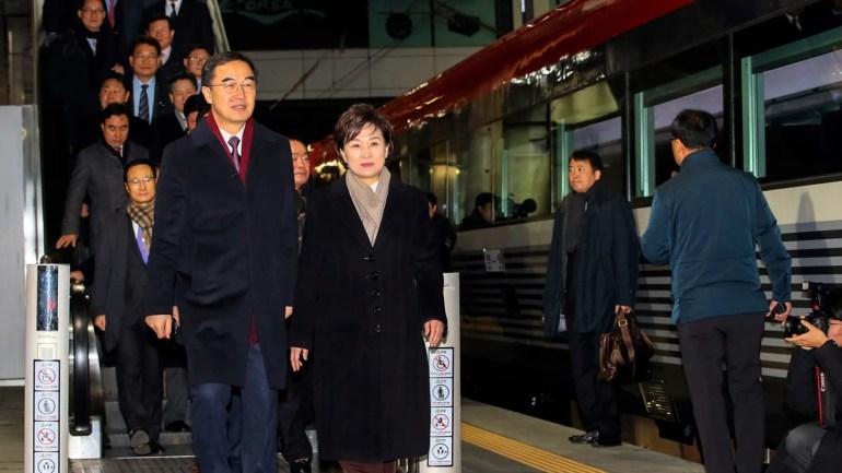 Der südkoreanische Vereinigungsminister Cho Myoung-gyon, links unten, und Beamte kommen am Mittwoch, dem 26. Dezember 2018, zum Bahnhof Seoul in Seoul, Südkorea, und steigen dort in einen Zug nach Nordkorea. (Jin Sung-chul / Yonhap über AP)