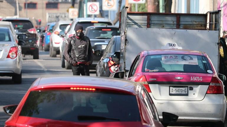 Ein Biker nimmt eine Verschnaufpause ein, die in Mexico City auf Kraftstoff wartet