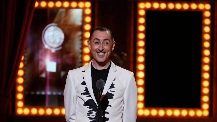 Actor Alan Cumming presnts un premio durante 68ª edición anual premios del ala teatro estadounidense Tony en el Radio City Music Hall de Nueva York.(Reuters)