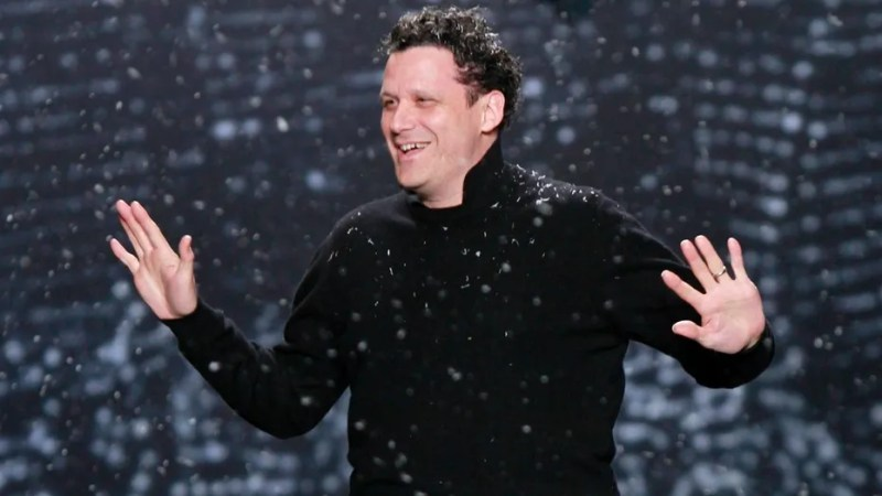 Designer Isaac Mizrahi acknowledges the crowd following his Fall 2010 fashion show at New York Fashion Week, February 18, 2010.   REUTERS/Brendan McDermid (UNITED STATES - Tags: FASHION) - GM1E62J0HQ501