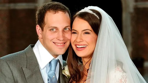 Lord Freddie Windsor poses with his bride, actress Sophie Winkleman, in the Base Court, minutes after their wedding in the Chapel Royal at Hampton Court Palace to the west of London, September 12, 2009. REUTERS/John Stilwell/Pool (BRITAIN ROYALS ENTERTAINMENT) - GM1E59D0B4201
