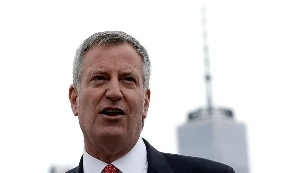 "New York City Mayor Bill de Blasio speaks during a dedication ceremony for ""Lunchbox"", the first of eventually 20 new ferry boats of the 'NYC Ferry' service in Brooklyn, New York, U.S., April 17, 2017.  REUTERS/Mike Segar - RTS12NVG"