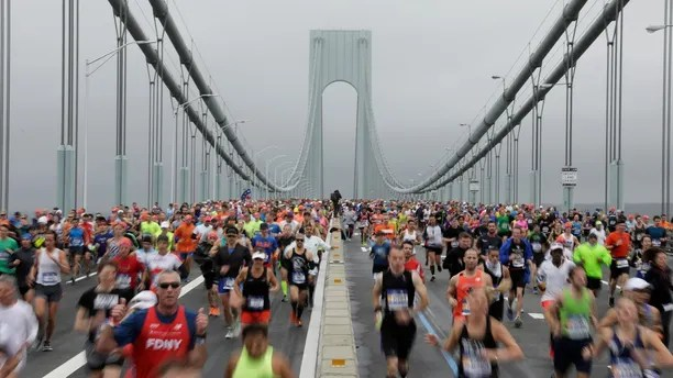 The first wave of runners make their way across the Verrazano-Narrows Bridge during the start of the New York City Marathon in New York, U.S., November 5, 2017. REUTERS/Lucas Jackson - RC1193CAA660