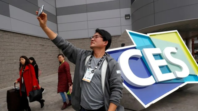 An attendee takes a selfie at the Las Vegas Convention Center during the 2018 CES in Las Vegas, Nevada, U.S. January 8, 2018. (REUTERS/Steve Marcus)
