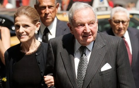 Annette De La Renta (L) and David Rockefeller arrive at the funeral service for New York socialite and philanthropist Brooke Astor at St. Thomas Church in New York, August 17, 2007. REUTERS/Jeff Zelevansky (UNITED STATES) - RTR1SV51