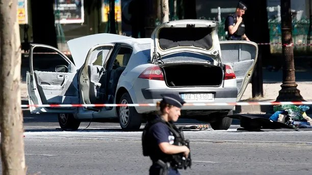 Police secure the area near a burned car at the scene of an incident in which it rammed a gendarmerie van on the Champs-Elysees Avenue in Paris, France, June 19, 2017. A driver appeared to deliberately crash his car into a police van on the French capital's Champs Elysees avenue the interior ministry said, and the Paris prosecutor's anti-terrorism unit said it had opened an investigation.   REUTERS/Charles Platiau - RTS17R3L