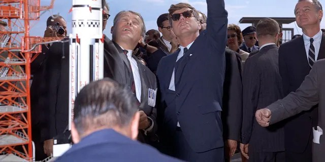 Le Dr. Werner Von Braun explique le système Saturn au président John F. Kennedy lors de la visite du complexe 37, alors que le président Kennedy est en tournée à l'Annexe sur les essais de missiles à Cape Canaveral le 16 novembre 1963.