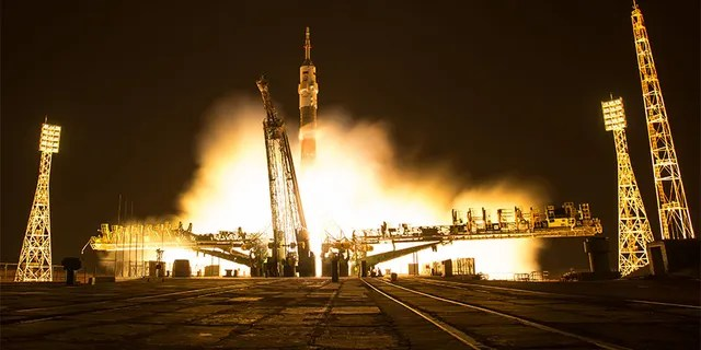 Dans cette seconde photo d'exposition, l'engin spatial Soyouz MS-03 est vu décoller du cosmodrome de Baïkonour avec l'Equipage 50 membres de l'astronaute Peggy Whitson, la astronaute russe Oleg Novitskiy de Roscosmos et l'astronaute de l'ESA Thomas Pesquet du cosmodrome de Baïkonour au Kazakhstan, vendredi 18 novembre 2016.
