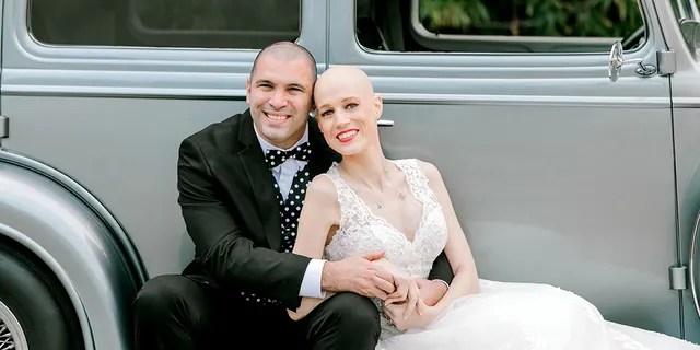 Laurin avait dit à PERSONNES que changer la date du mariage reviendrait à laisser le cancer l'emporter. Ils ont donc décidé d'aller de l'avant avec leurs projets du 24 mars.