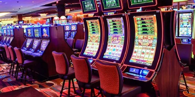 A man claims that he was ripped off by an Arizona casino after winning $50,000 on a slot machine. The casino says he was paid fairly.