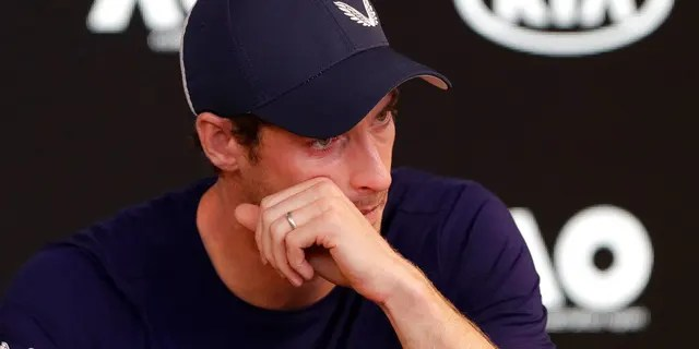 Der Brite Andy Murray wischt sich während einer Pressekonferenz bei den Australian Open-Tennismeisterschaften am Freitag, 11. Januar 2019, in Melbourne, Australien, die Tränen aus dem Gesicht. Ein weinerlicher Murray sagt, die Australian Open könnten sein letztes Turnier wegen einer Hüftverletzung sein behinderte ihn fast zwei Jahre lang.