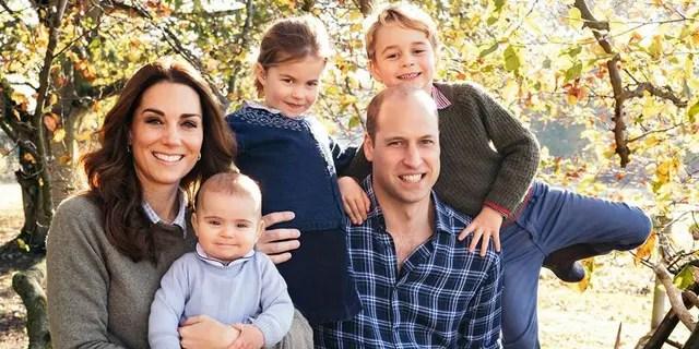 Kate Middleton et le prince William posent pour une photo avec leurs trois enfants, George (à droite), Charlotte (au milieu) et Louis.