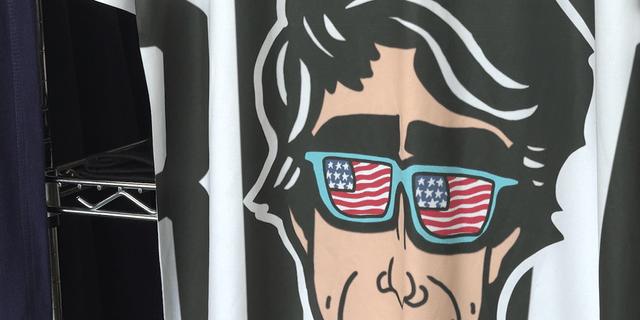 Proper Printshop stellte mehrere Shirts mit O'Rourke her, einige Stunden nachdem der gebürtige El Paso seine Entscheidung in den sozialen Medien bekannt gegeben hatte. Seitdem haben mehrere Leute die Hemden angefordert.