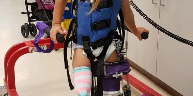 Victoria pasó nueve meses en Florida y se sometió a dos operaciones seguidas de meses de terapia física.