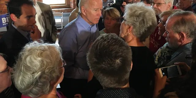 El ex vicepresidente Joe Biden habla con los votantes después de celebrar un ayuntamiento en Laconia, N.H., el viernes.