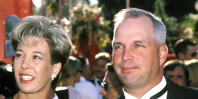 Sandy Mahl and Garth Brooks at the 72nd Annual Academy Awards.