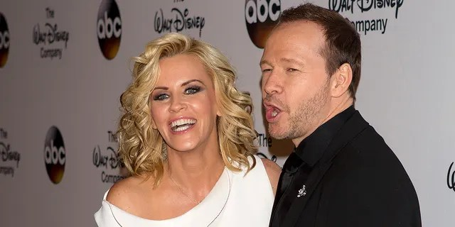 Jenny McCarthy and Donnie Wahlberg renewed their wedding vows on their seven-year anniversary.