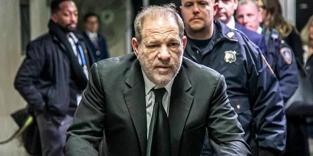 Harvey Weinstein verlässt ein Gerichtsgebäude in Manhattan, nachdem er am Donnerstag, den 16. Januar 2020, in New York nach einem zweiten Tag der Auswahl der Jury wegen Vergewaltigung und sexueller Übergriffe vor Gericht gestellt worden war. (AP Photo / Bebeto Matthews)