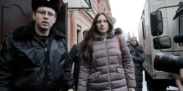 Alla Ilyina, die am 7. Februar aus dem Krankenhaus ausbrach, nachdem sie erfahren hatte, dass sie 14 Tage isoliert verbringen müsste, anstatt der 24 Stunden, die die Ärzte ihr versprochen hatten, wird nach einer Sitzung in St. Petersburg von einem Gerichtsvollzieher von einem Gericht begleitet. Russland, am Montag.