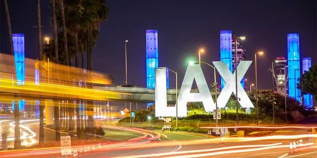 Фото запаса знака международного аэропорта Лос-Анджелеса (LAX) подписывает внутри Лос-Анджелес, Калифорнию.