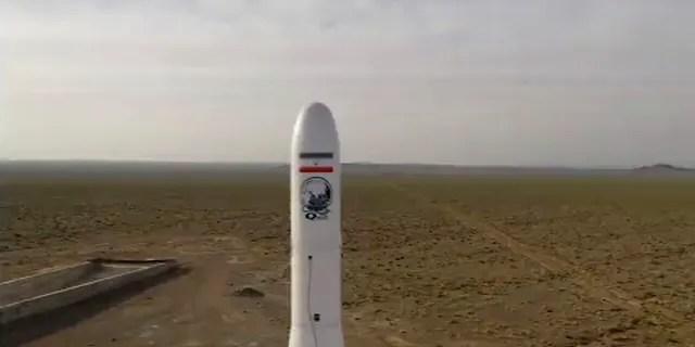 Dans cette image tirée d'une vidéo, une fusée iranienne transportant un satellite est lancée à partir d'un site non divulgué qui se trouverait dans la province iranienne de Semnan le mercredi 22 avril 2020.