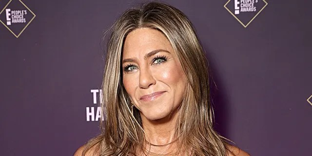 Jennifer Aniston poses backstage during the 2019 E! People's Choice Awards held at the Barker Hangar on November 10, 2019.