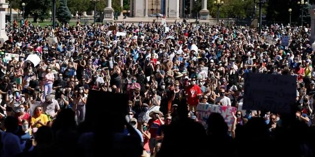 Демонстранты толпятся в парке Civic Center в Денвере, 7 июня 2020 года. (Ассошиэйтед Пресс)
