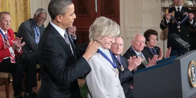 FICHIER - Dans ce Févr. 15, 2011 fichier photo, le Président Barack Obama présente une Médaille de la Liberté à Jean Kennedy Smith, lors d'une cérémonie dans la East Room de la Maison Blanche à Washington. Jean Kennedy Smith, la plus jeune sœur et le dernier survivant de la fratrie du Président John F. Kennedy, est décédé à 92 ans, sa fille a confirmé Au New York Times, mercredi, le 17 juin 2020. (AP Photo/Pablo Martinez Monsivais)