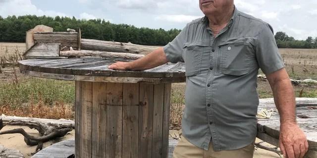 Билли Уиттен, фермер в дельте Миссисипи, сократил сезон посева после того, как паводковые воды покрыли все 1440 акров его сельхозугодий. Вода начала отступать в мае, но низкие цены на сырье, вызванные коронавирусом, разбили его надежды на получение прибыли от культур, которые он может посадить в этом сезоне. (Fox News / Чарльз Уотсон)