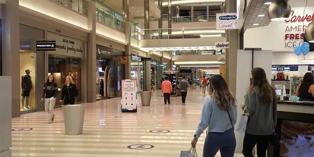 Покупатели прогуливаются по торговому центру в Блумингтоне, штат Миннесота, в среду.
